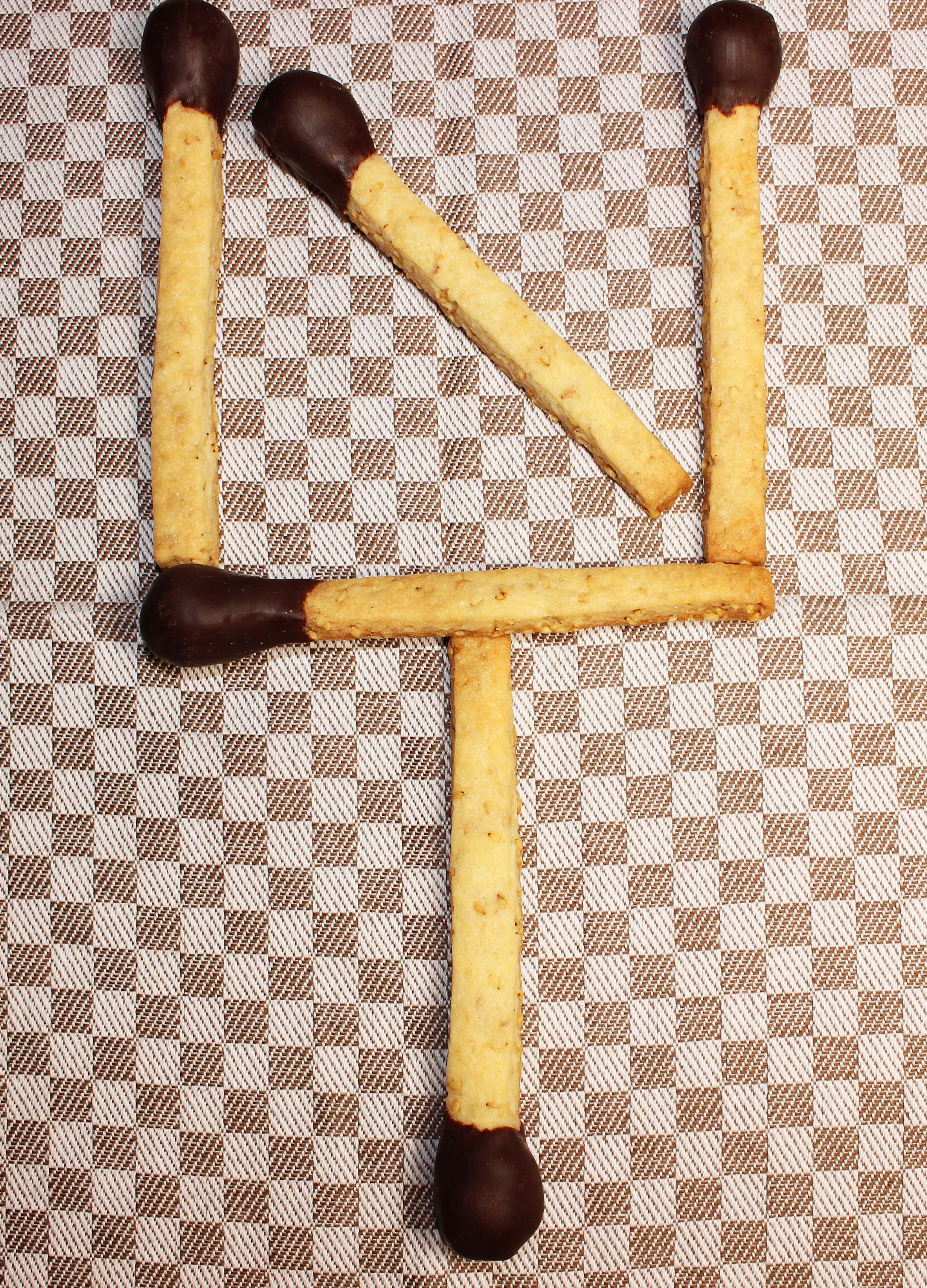 Gebackene Streichhölzer - Sesammürbeteig - schokoliertes Marzipan