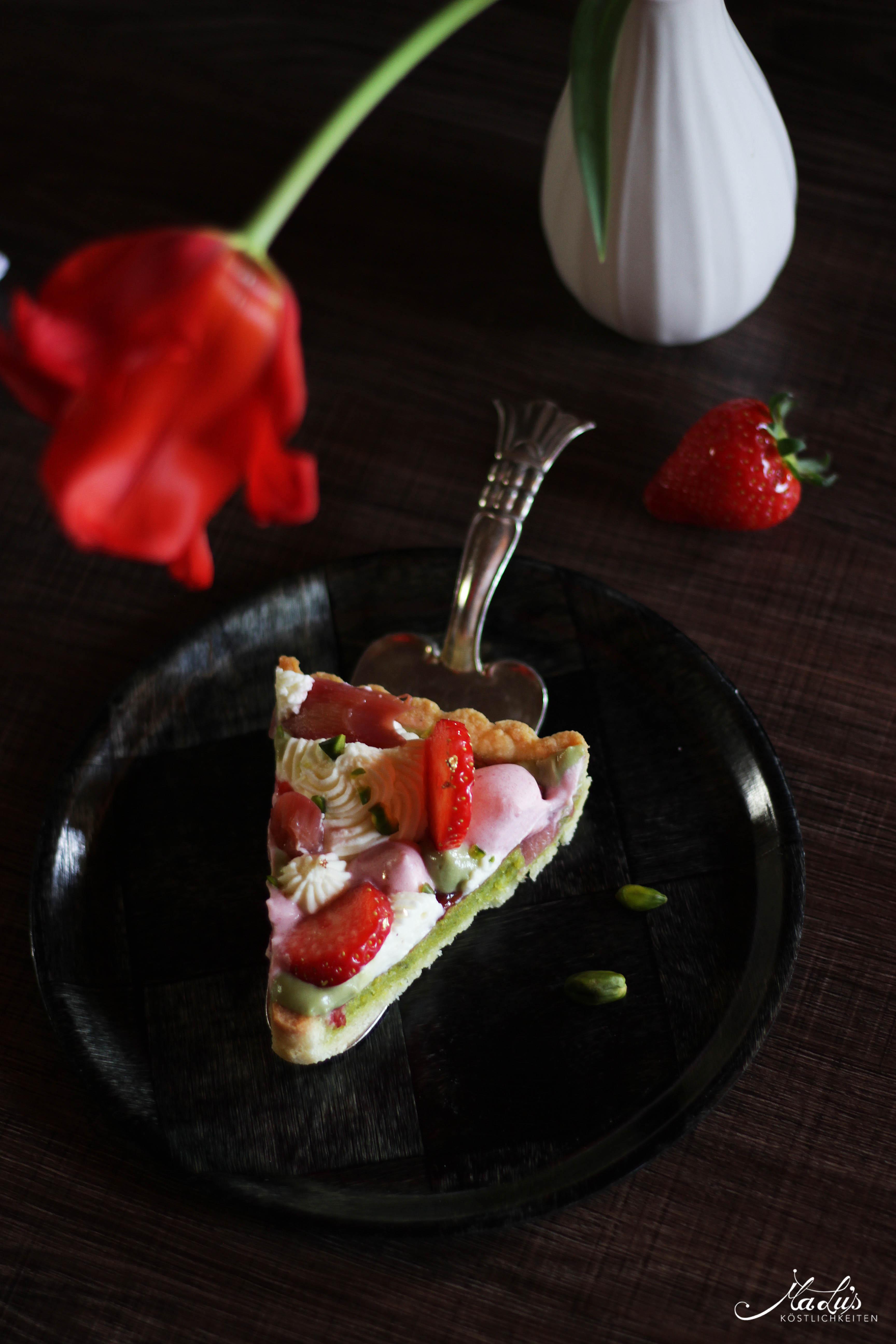 Pistazientarte mit Erdbeeren & Rhabarber 10