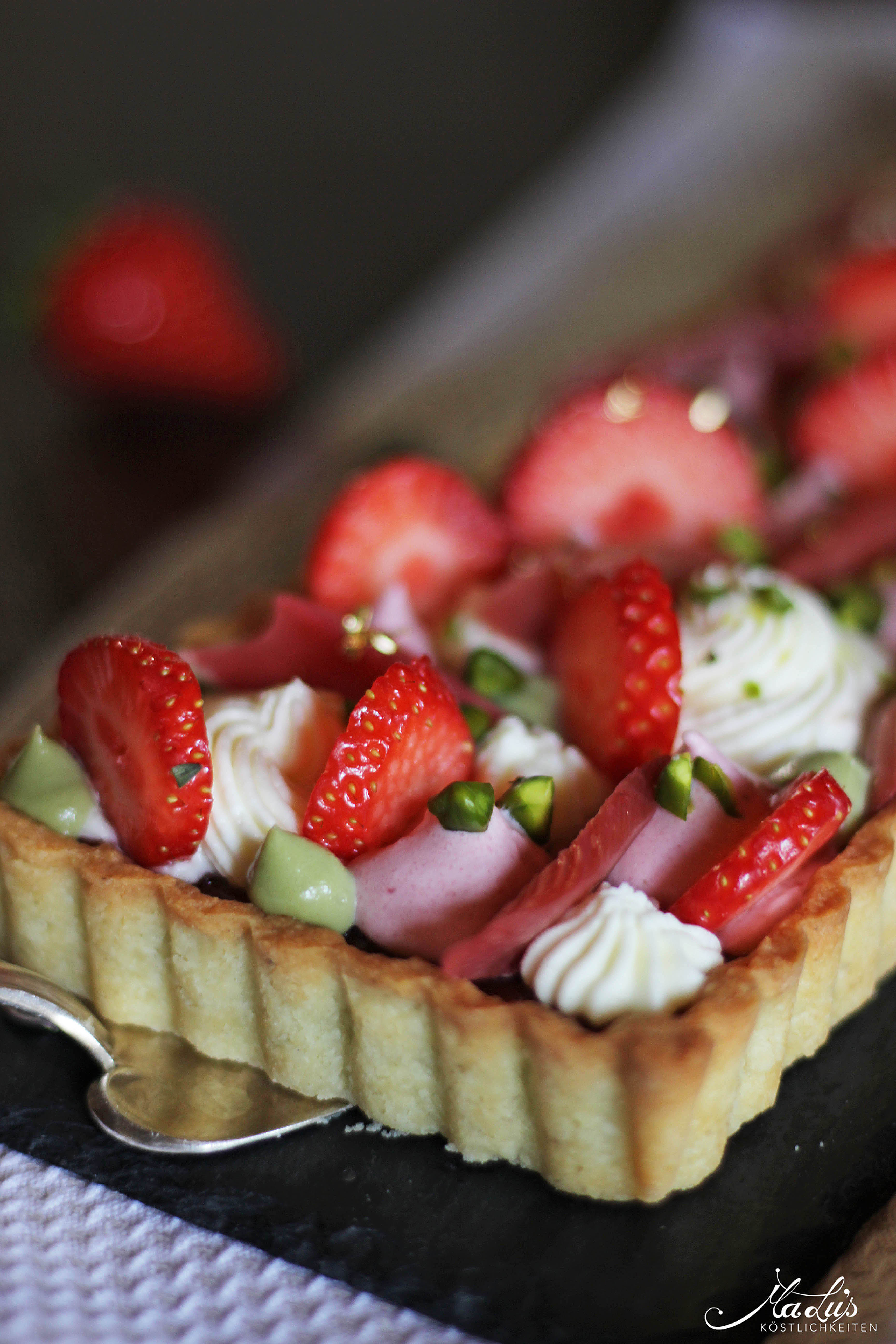 Pistazientarte mit Erdbeeren & Rhabarber 8