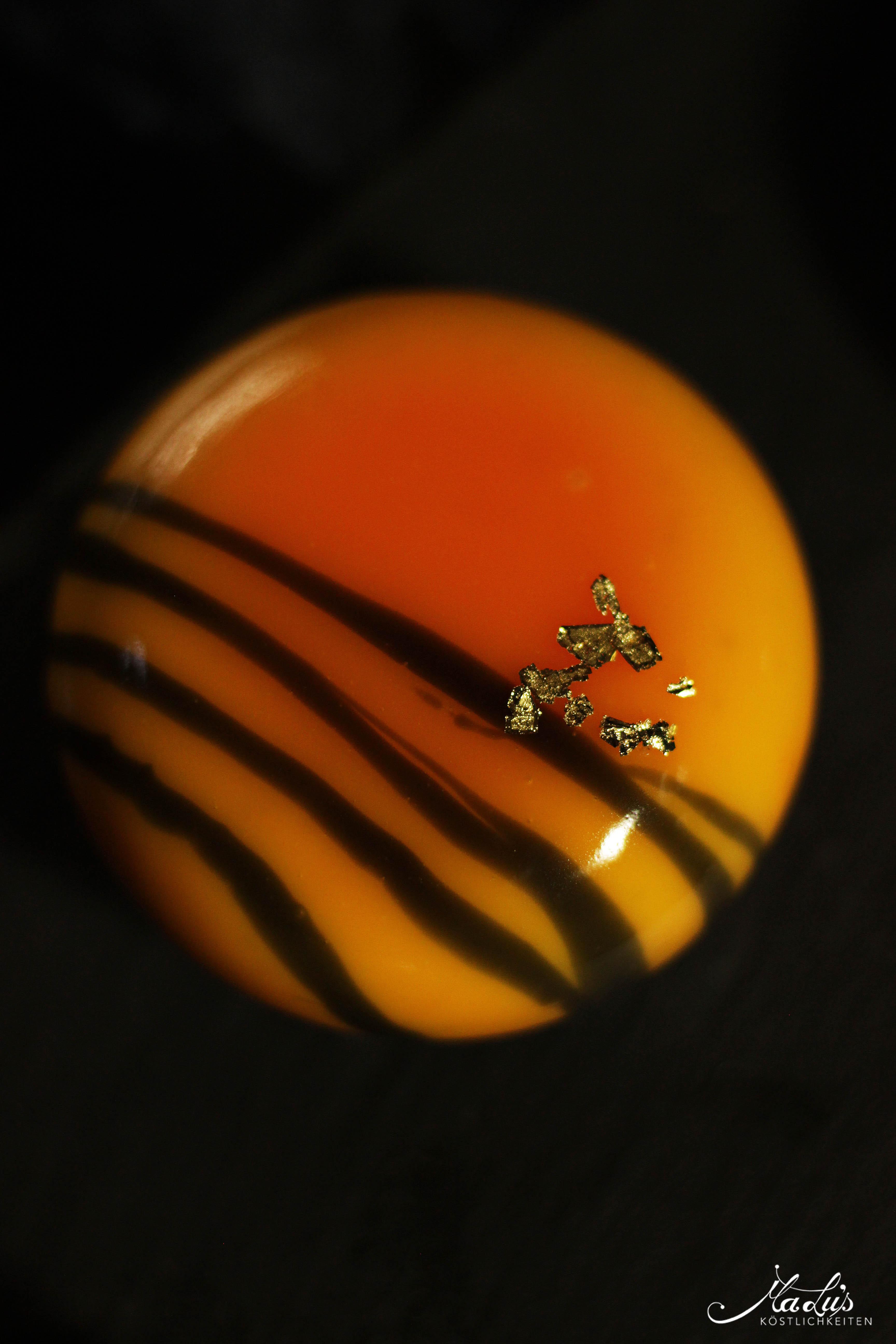 Vanilletörtchen mit Orangen-Sanddornkern auf Kürbiskernbiskuit