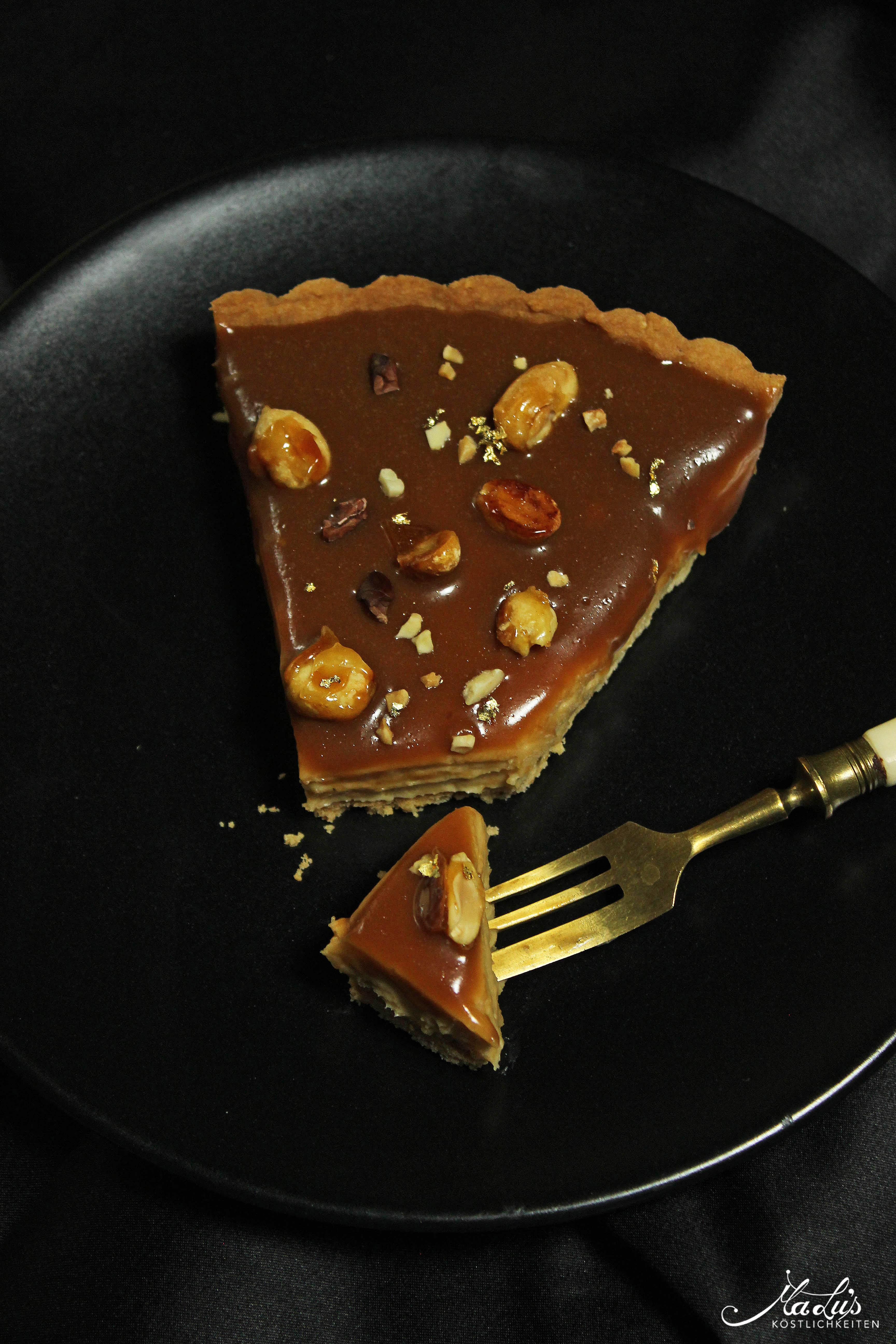 Cremige Karamell-Erdnuss Tarte mit gerösteten Nüssen
