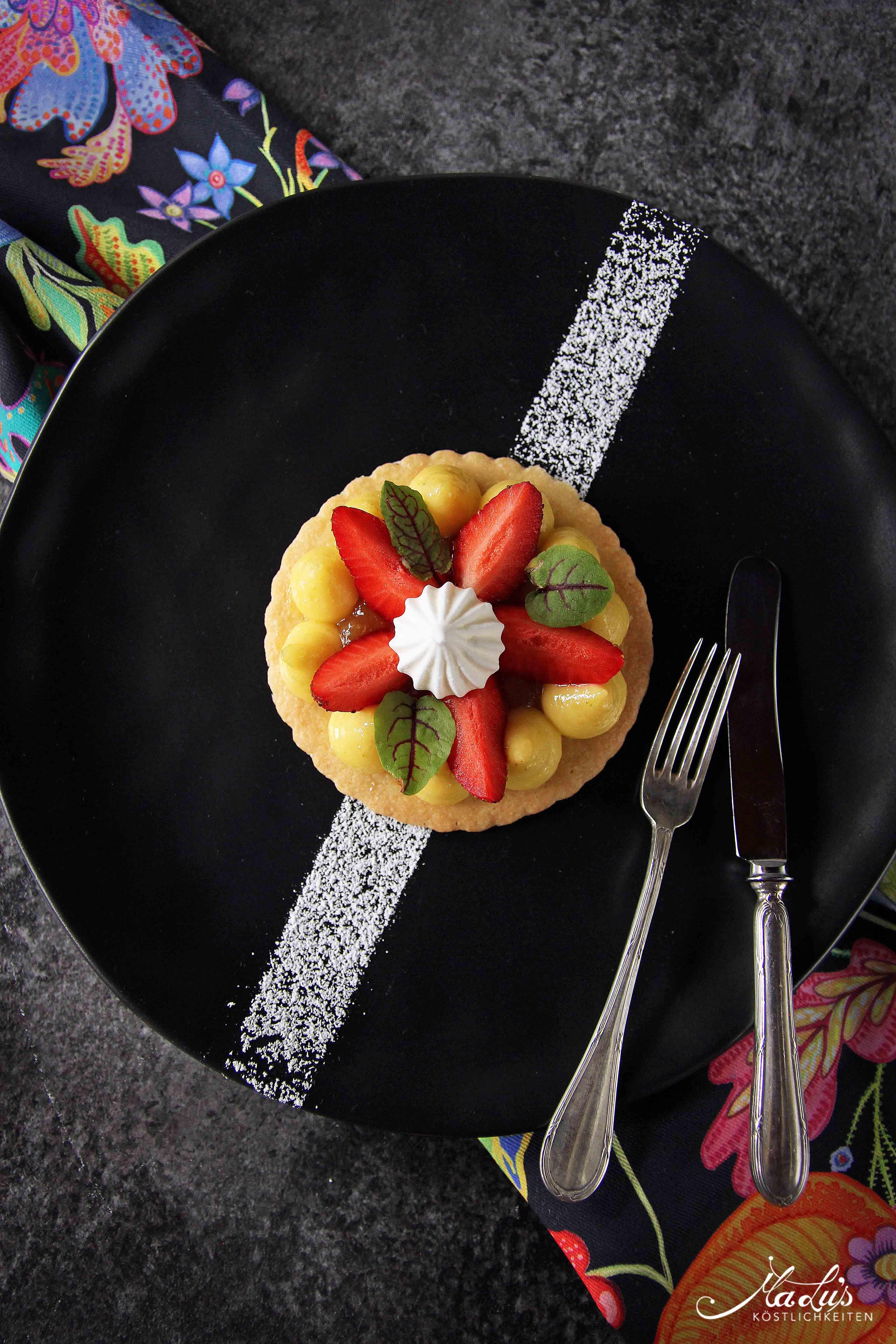 Zitronencreme auf Shortbread mit Erdbeeren