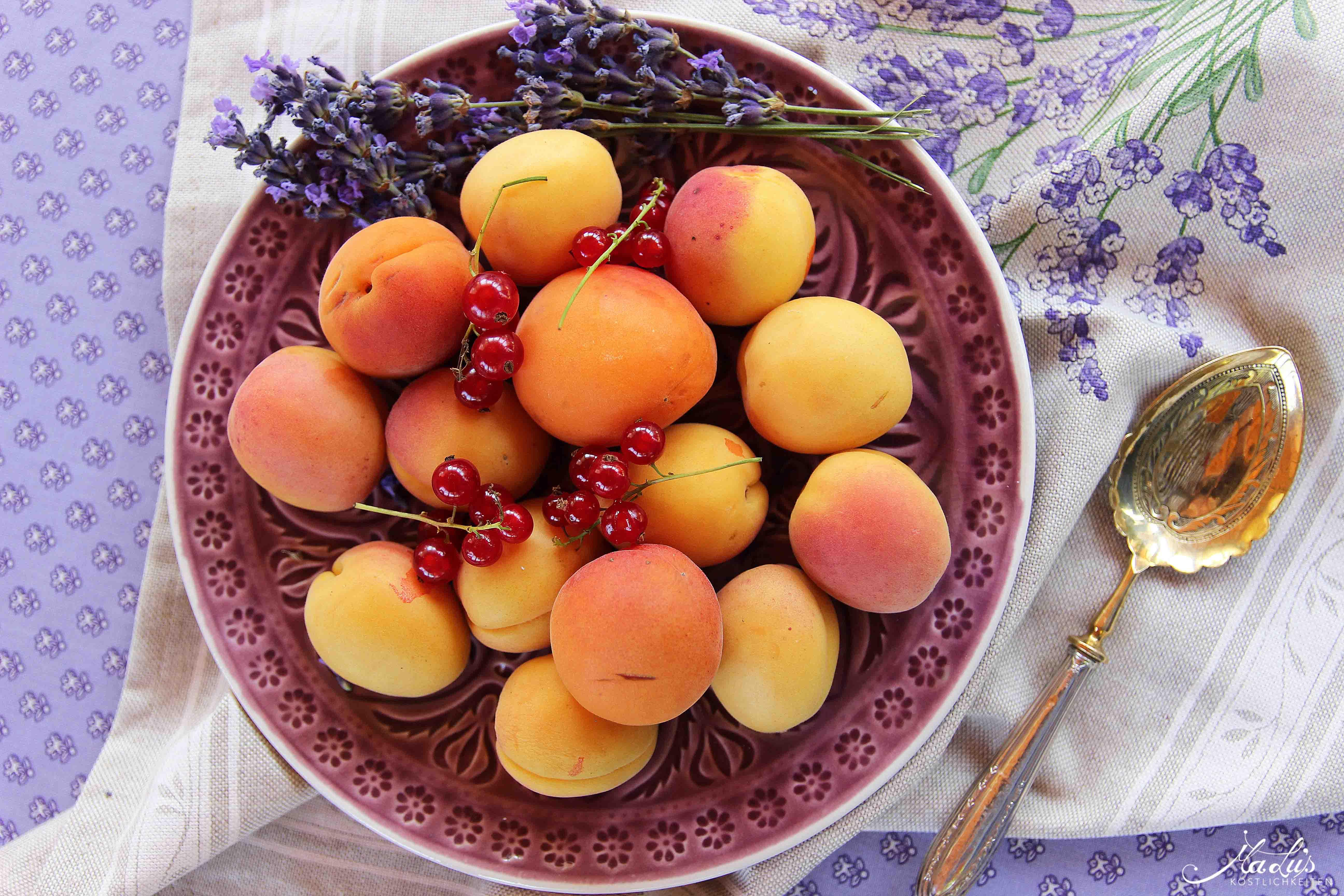 Aprikosentörtchen mit Johannisbeeren & Lavendel