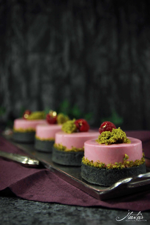 Schwarze Himbeer-Pistazien Tartelettes mit Lychees