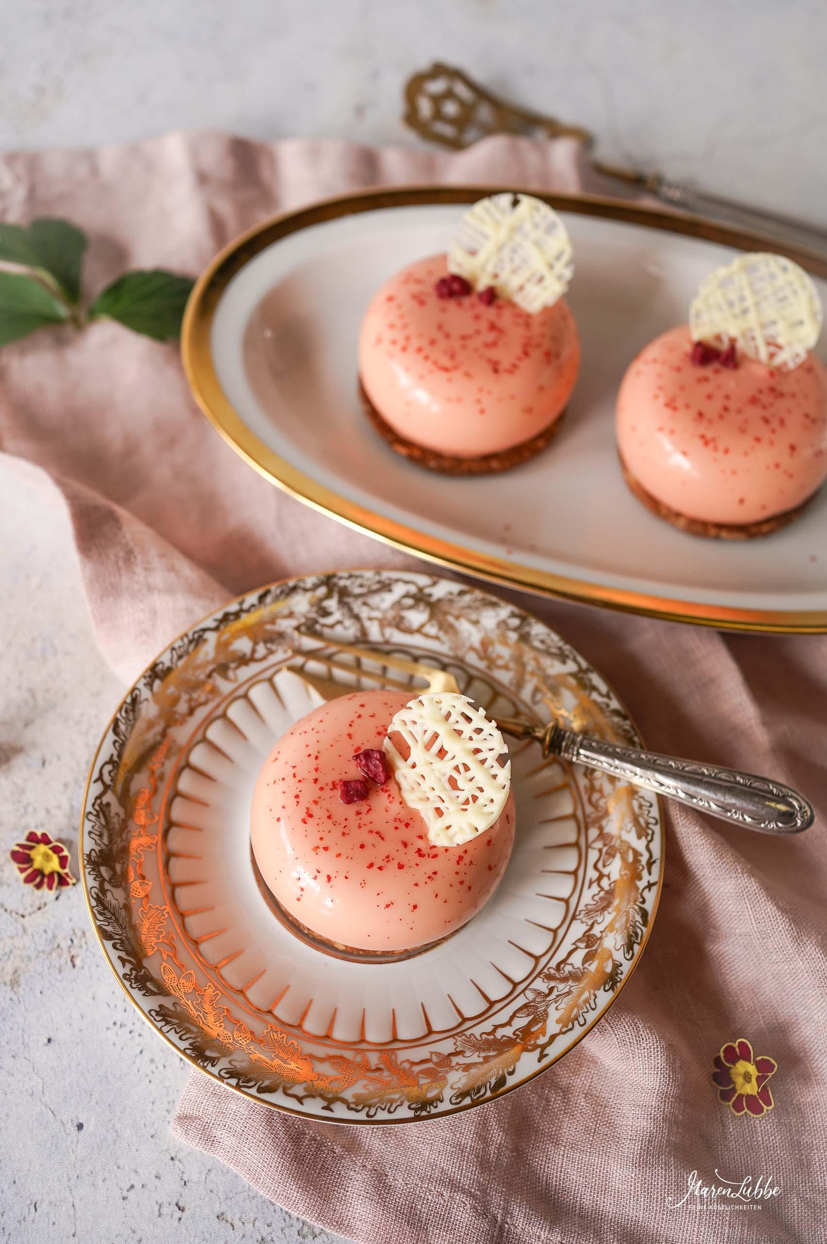 Pfirsich-Holunderblüten Törtchen mit rosa Pfeffer