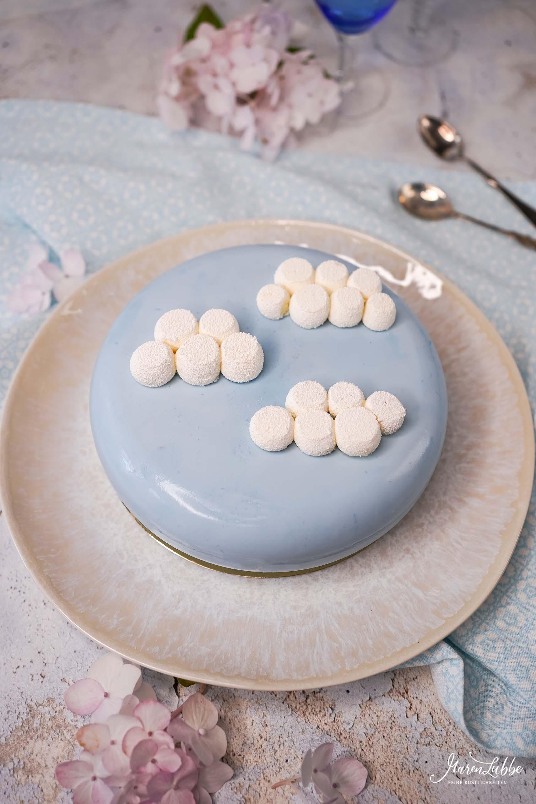 Wolke 7 - Natürlich himmelblaue Torte mit Kokos, Aprikose & Physalis